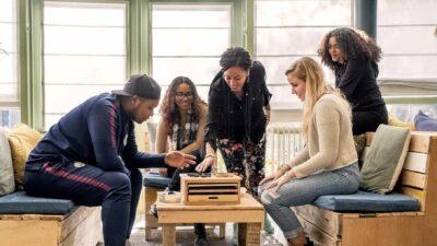 jongen mensen spelen spel ondersteuning dorpsinitiatieven Rheden