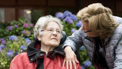 Begeleiding in het dagelijks leven - 2 vrouwen helpen elkaar